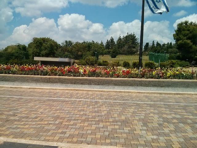 שדרת פרחים ליד כנסת ישראל