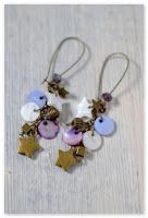 boucles d'oreilles étoiles bronze vieilli et nacre blanc bleu violet