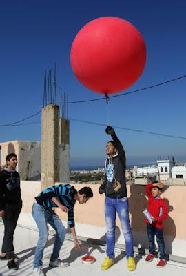 Un camp palestinien vu du ciel avec un ballon et un appareil photo dans - CONDITIONS DE VIE... a7