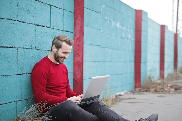 Ada yang memang suka menulis, dan ingin mengembangkan bakat menulisnya, ada yang sekedar ingin membuat pengalaman, ada yang tergiur dengan penghasilan dari iklan Google. Dan banyak lagi yang lainnya.    Itu cerita tentang mereka. Bagaimana dengan dirimu? Kamu sudah bertekad untuk menjadi blogger handal? Kamu sudah punya goals?