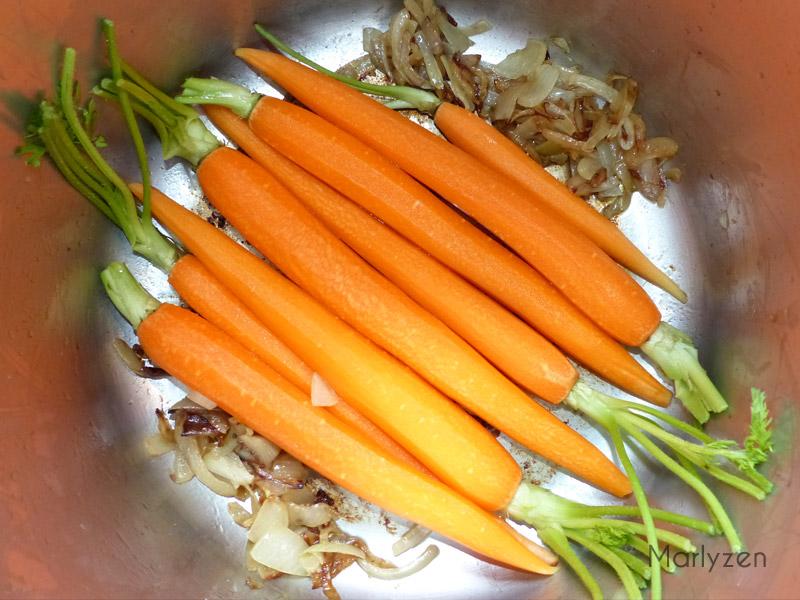 Placez les carottes en fond de cocotte.