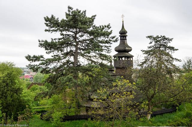 краєвид на музей народної архітектури зі стіни Ужгородського замку