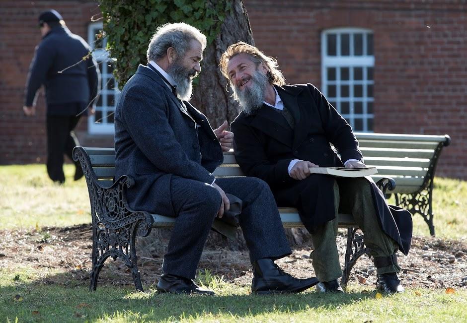 """Mel Gibson e Sean Penn no trailer do drama biográfico """"O Gênio e o Louco"""""""