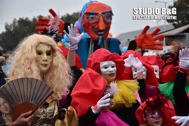Πλήθος κόσμου στο εντυπωσιακό καρναβάλι του Ναυπλίου (βίντεο)