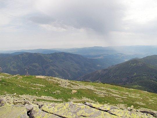 Vajskovská dolina. Dalej widać Rudawy Weporskie (słow. Veporské vrchy).
