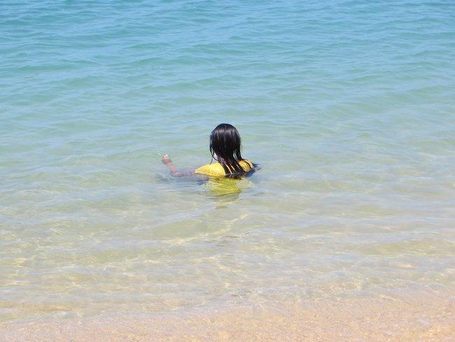 Тайская девушка в море в одежде