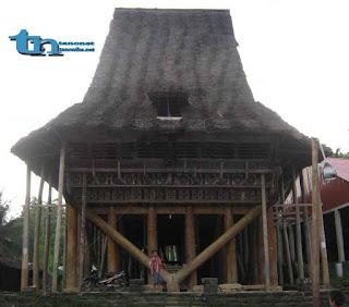 Rumah Adat Desa Hilinawalö Mazinö
