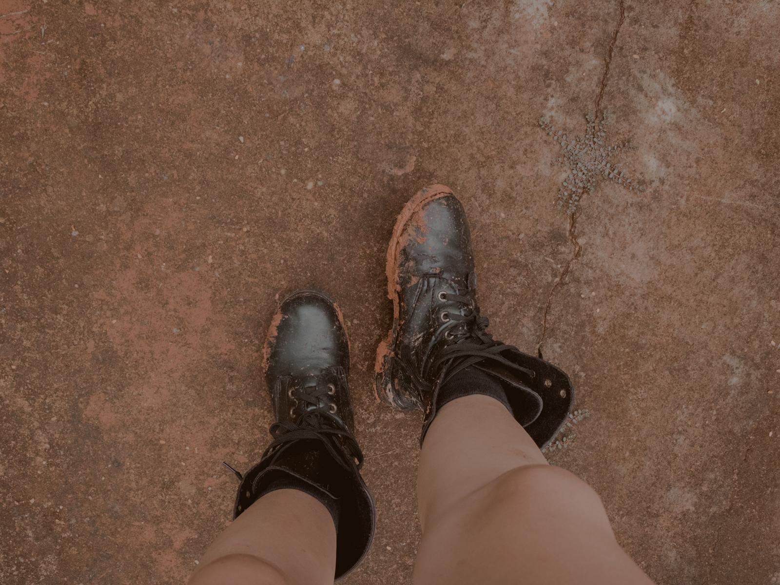 botas sujas de barro