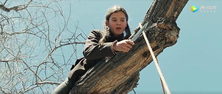 少女が木に登って吊るされて死んでいる男をロープを切って降ろそうとしているシーン