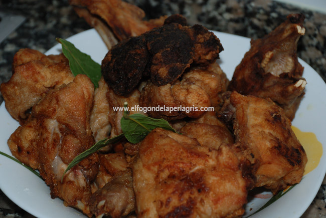 Freír la carne de conejo troceada