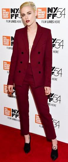 Foto de Kristen Stewart con look masculino pasando para fans