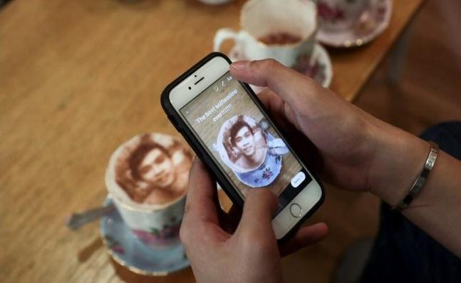 Foto Selfie nel Cappuccino in una caffetteria a Londra