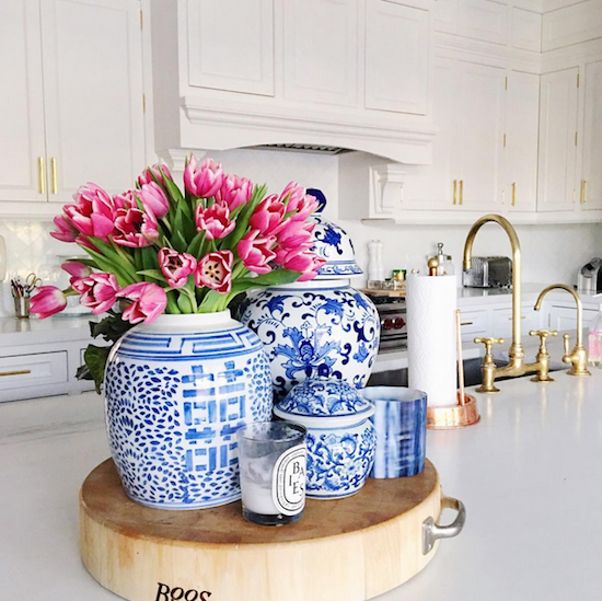 Chinoiserie chic blue and white in the kitchen for Decorating with blue and white pottery