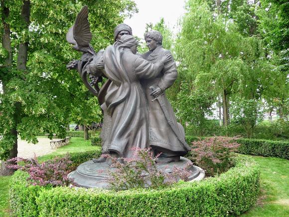 Батурин. Скульптурна композиція «Мати. Сини – мої соколи»