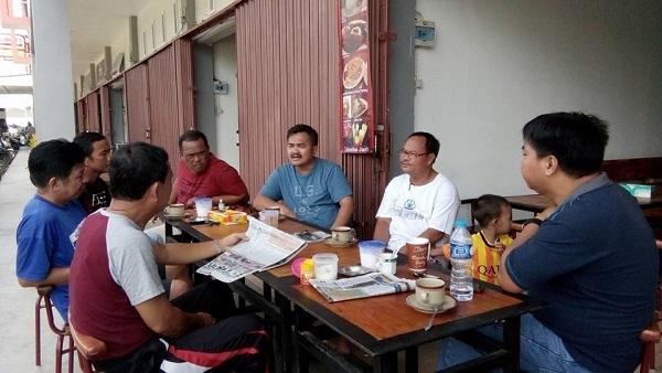 Selain Bupati, Wakil Bupati Aloysius juga pernah nongkrong di pasar baru bersama tokoh-tokoh masyarakat untuk meningkatkan hubungan yang erat antara pemerintah dengan masyarakat