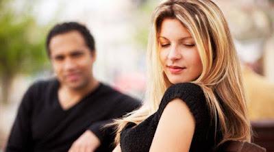 8 أمور تريدها أي فتاة دون أن تطلبها من الرجل مباشرة رجل يحب يكلم امرأة بنت man talking to woman love