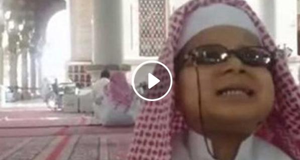بالفيديو: طفل كفيف يحفظ القرآن كاملا من الراديو وهو بعمر 5 سنوات
