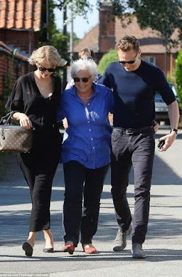 Taylor Swift meets the mother of her new beau Tom Hiddleston (photos)
