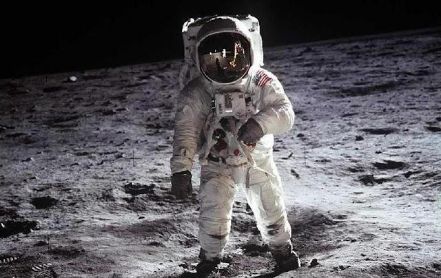 من أول من وقف على سطح القمر