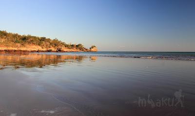 Pasir putih kecoklatan di pantai Batu Burung