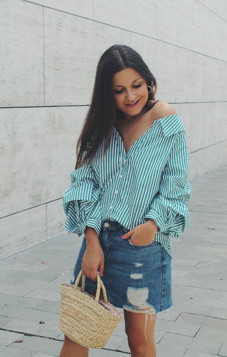 Outfit moda con camisa de rayas verde y falda vaquera
