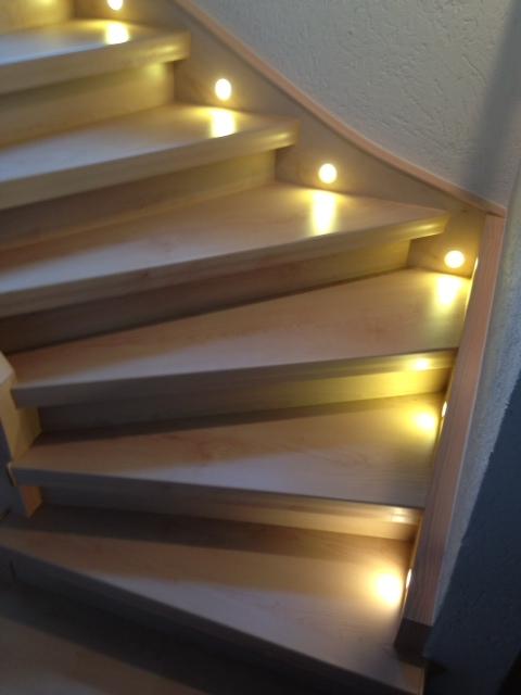 Treppenbeleuchtung einseitig - an der Wandseite Stufe für Stufe mit Strahler versehen