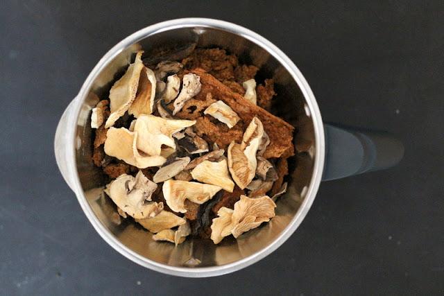 Getrocknete Gemüsepaste mit Pilzen im Mixer zur Zubereitung von Gemüsebrühpulver | Arthurs Tochter Kocht by Astrid Paul