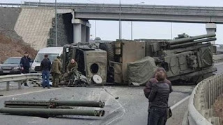 Ανετράπη στρατιωτικό όχημα και έπεσαν οι πύραυλοι στο δρόμο - ΒΙΝΤΕΟ