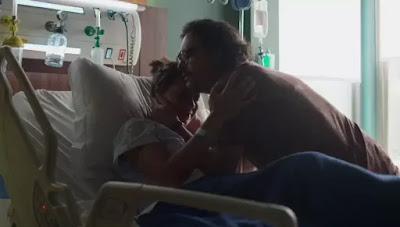 Nana (Fabiula NAscimento) se culpa pela perda do filho com Mario (Lucio Mauro Filho) — Foto: Globo