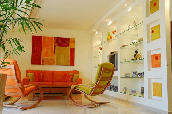 Ruang tamu cantik bertema orange di bagian kursinya