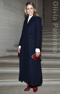 オリヴィア・パレルモ(Olivia Palermo)は、ヴァレンティノ(Valentino)のコート、クリスチャンルブタン(Christian Louboutin)のブーツを着用。