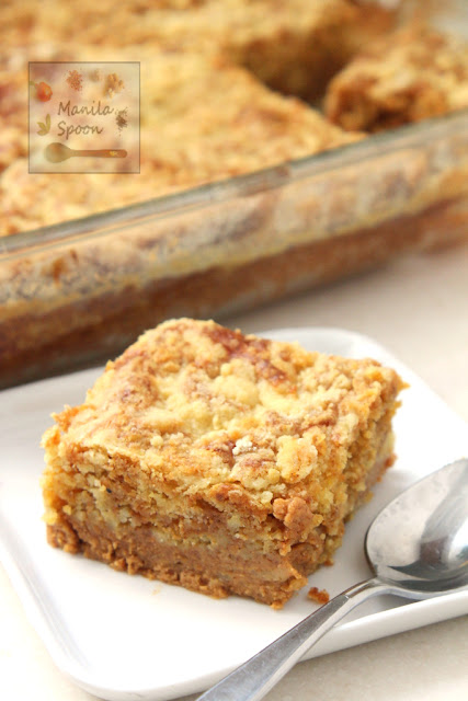 With a deliciously spiced pumpkin pie on the bottom and buttery swirled cake topping this super EASY Pumpkin Pie Bars will be your favorite holiday dessert! Thanksgiving, Christmas, New Year perfect! | manilaspoon.com