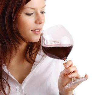Tomar vino antes y después de comer puede mejorar la digestión