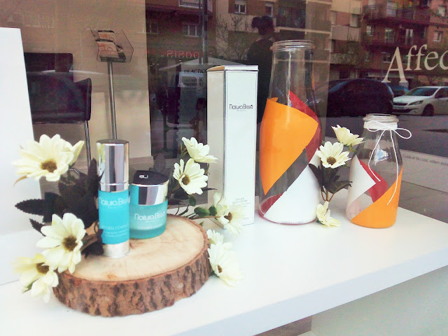 Escaparate primavera 2016 flores y botellas