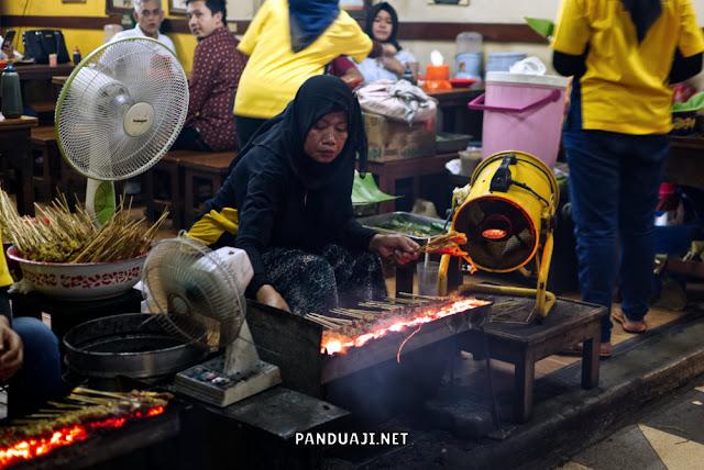 Suasana warung sate ondomohen Surabaya ketika ramai