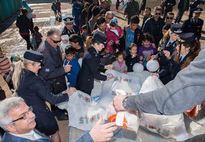 Η ΕΛ.ΑΣ μοίρασε τρόφιμα, δώρα και ...χαμόγελα στους πρόσφυγες της Ριτσώνας (ΦΩΤΟ & ΒΙΝΤΕΟ)