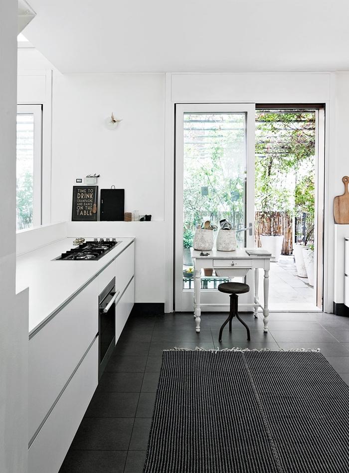 cocina blanca pequeña estilo nordico mesa tocinera interiorista alquimia deco barcelona terraza pequeña