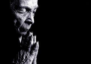 Mir ist längst das Lachen über die Alte am Sonntagmorgen vergangen. Wenn sie zum Gottesdienst geht und für eine niedergehende Welt betet, hat sie vielleicht mehr an geistlicher und göttlicher Weisheit erfasst, als alle Politiker der Welt zusammen.  Ich kann nur selbst beten: Herr, vergib uns, denn wir wissen nicht mehr was wir tun. Nur du kannst dem Wahnsinn noch ein Ende setzen. Ich möchte mich vor DIR beugen.