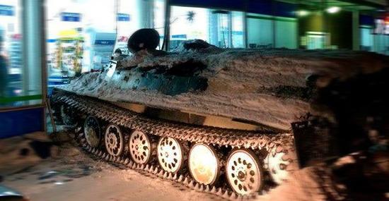 Russo arromba loja com tanque de guerra para roubar garrafa de vinho - Capa