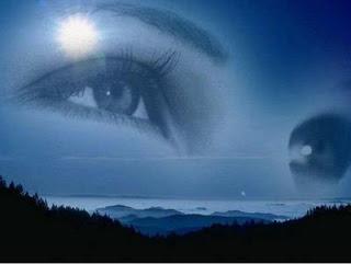 Olhos emprestados: Noite, silhueta de montanhas e o céu; sobre o céu, em transparência, os olhos de uma mulher