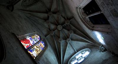 Bóveda del pasadizo del Santo Cáliz, donde se puede ver la clave con la imagen de la Virgen de Misericordia.