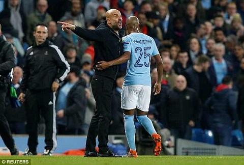 Pep Guardiola không hài lòng với quyết định của trọng tài.