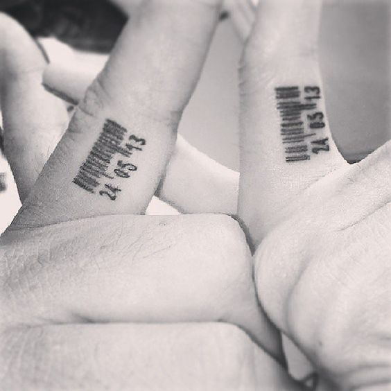 Imagen de un tatuaje de pareja con código de barras