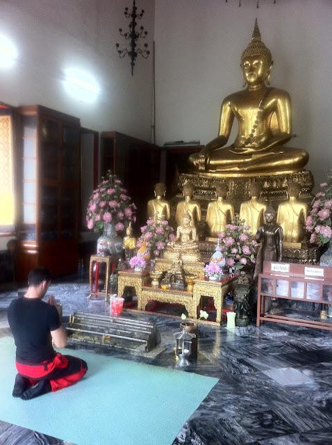 Antonio haciendo culto al Buda Thai