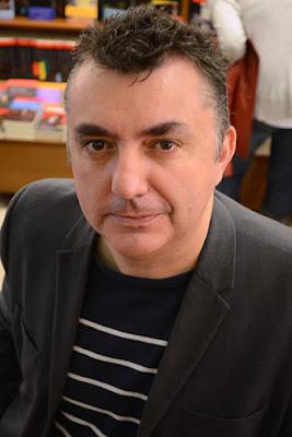 El escritor Manuel Vilas relata las humillaciones sufridas al entrar al país