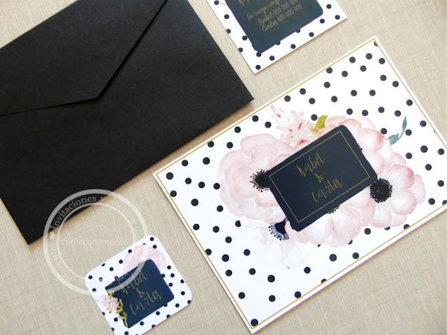 Invitación de boda moderna y bonita con topos, flores rosas y tonos negro y oro