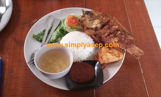 NIKMAT :  Sajian makan siang dengan ikan goreng seperti ini sungguh nikmat Alhamdulillah. Murah meriah.  Foto Asep Haryono