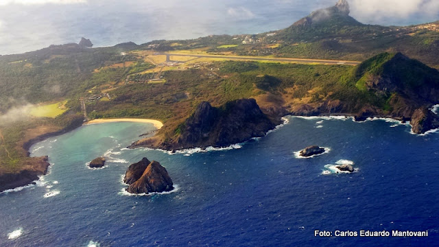 Vista aérea da Baía Sueste - Fernando de Noronha