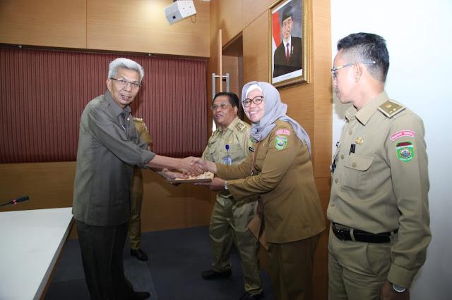 Wagub Serahkan SK Pejabat Eselon Pada Biro Pengadaan Barang/Jasa
