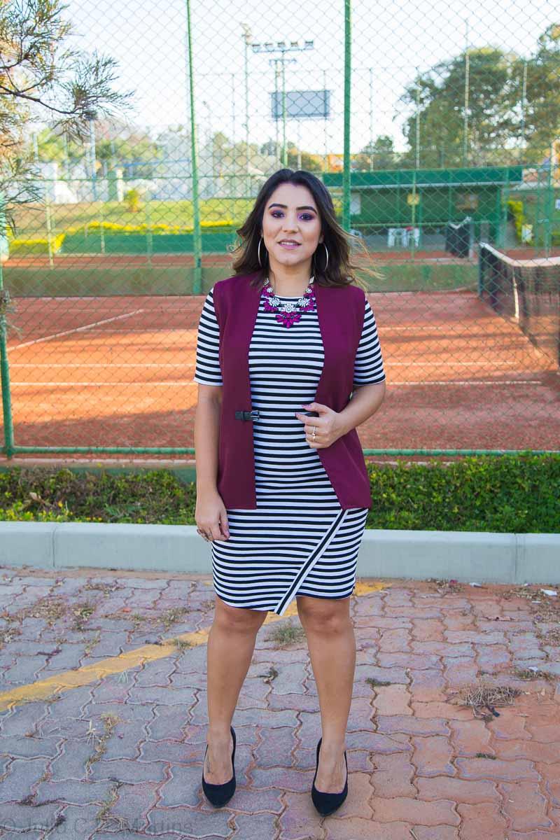 Look do dia: Vestido P&B de listras e colete vinho